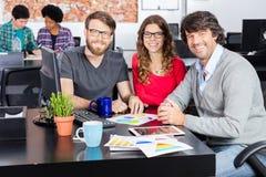 Concepteurs divers d'hommes d'affaires de groupe de course de mélange de bureau de personnes Photo libre de droits