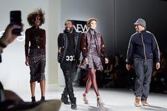 Concepteurs et piste de promenade de modèles au défilé de mode de la vie de New York pendant l'automne 2015 de MBFW Photo libre de droits