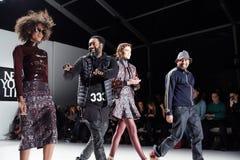 Concepteurs et piste de promenade de modèles au défilé de mode de la vie de New York pendant l'automne 2015 de MBFW Photos libres de droits
