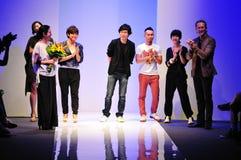 Concepteurs remerciant des invités après l'exposition chez Audi Fashion Festival 2011 Photo libre de droits