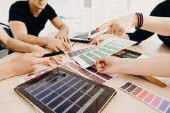 Concepteurs travaillant avec des échantillons de couleur images libres de droits