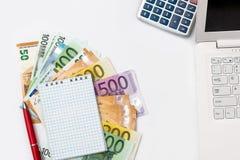 Conceptie van zaken, euro geld, laptop en calculator stock afbeelding