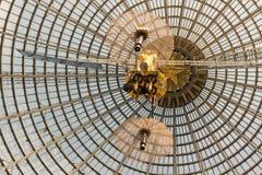 Conception à jour d'un dôme fait de verre et métal Photo stock