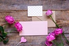 Conception actuelle avec le bouquet de pivoine, l'enveloppe et la moquerie de vue supérieure de salutation-carte  Images stock