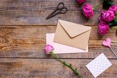 Conception actuelle avec le bouquet de pivoine, l'enveloppe et la moquerie de vue supérieure de salutation-carte  Image libre de droits