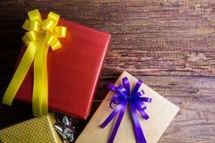 Conception actuelle de boîte-cadeau enveloppée en papier de couleur avec des arcs sur un OE Photographie stock libre de droits