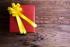 Conception actuelle de boîte-cadeau enveloppée en papier de couleur avec des arcs sur un OE Image libre de droits