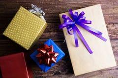 Conception actuelle de boîte-cadeau enveloppée en papier de couleur avec des arcs sur un OE Photo libre de droits