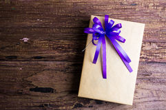 Conception actuelle de boîte-cadeau enveloppée en papier de couleur avec des arcs sur un OE Images libres de droits