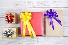 Conception actuelle de boîte-cadeau enveloppée en papier de couleur avec des arcs sur un wh Photo libre de droits