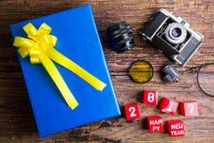 Conception actuelle de boîte-cadeau enveloppée en papier de couleur avec des arcs, vintag photo libre de droits