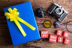 Conception actuelle de boîte-cadeau enveloppée en papier de couleur avec des arcs, vintag image libre de droits