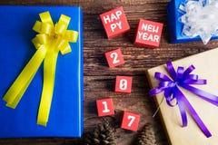 Conception actuelle de boîte-cadeau enveloppée en papier de couleur avec les arcs et le hasard Images libres de droits