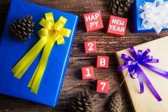 Conception actuelle de boîte-cadeau enveloppée en papier de couleur avec les arcs et le hasard Image stock
