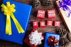 Conception actuelle de boîte-cadeau enveloppée en papier de couleur avec les arcs et le hasard Images stock