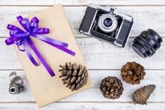 Conception actuelle de boîte-cadeau enveloppée en papier de couleur avec les arcs et le vin Photo stock