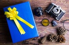 Conception actuelle de boîte-cadeau enveloppée en papier de couleur avec les arcs et le vin Image libre de droits