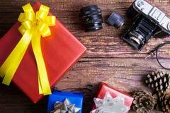Conception actuelle de boîte-cadeau enveloppée en papier de couleur avec les arcs et le vin Photos stock
