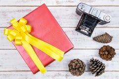 Conception actuelle de boîte-cadeau enveloppée en papier de couleur avec les arcs et le vin Images stock