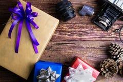 Conception actuelle de boîte-cadeau enveloppée en papier de couleur avec les arcs et le vin Photographie stock libre de droits
