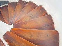 conception blanche d'escalier circulaire avec des ?tapes en bois fonc?es Vue vers le bas photo libre de droits