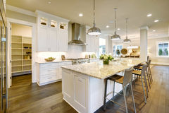 Conception blanche de cuisine dans la nouvelle maison luxueuse Photographie stock libre de droits