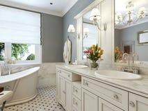 Conception classique de salle de bains lumineuse Photographie stock libre de droits
