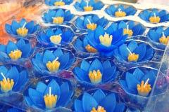 Conception colorée de bougie de Lotus, bougie de fleurs flottant sur l'eau photographie stock libre de droits