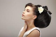 Conception contemporaine de coiffure. Femme sensuelle avec la coiffure créative. Charme images stock