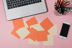 Conception créative de configuration d'appartement de bureau d'espace de travail avec l'ordinateur portable Images libres de droits