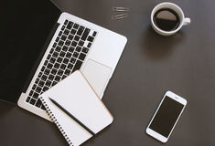 Conception créative de configuration d'appartement de bureau d'espace de travail avec l'ordinateur portable Photo stock