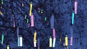 Conception créative de l'illumination de rue de ville, décoration fluorescente de fête banque de vidéos