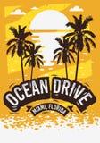 Conception d'affiche d'été de Miami Beach la Floride d'entraînement d'océan avec l'illustration de palmiers et un lever de soleil Photographie stock libre de droits