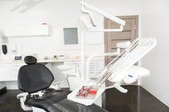 Conception d'appartement confortable d'odontologiste avec des équipements Image stock