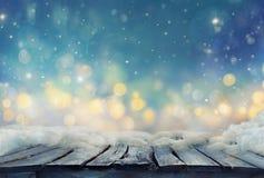 Conception d'hiver Fond de Noël avec la table congelée brouillé photos stock