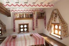 Conception d'un salon et d'une table de salle à manger dans une vieille maison ukrainienne photo libre de droits