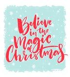 Conception de carte de Noël Croyez en magie de Noël Citation inspirée de Noël Texte rouge de calligraphie de brosse sur le bleu illustration stock