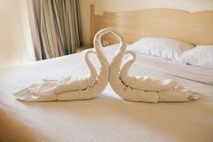 Conception de chambre à coucher avec des cygnes de la décoration de serviette sur le lit Photos stock