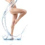 Conception de corps de jeune femme avec l'éclaboussure d'eau propre Image stock