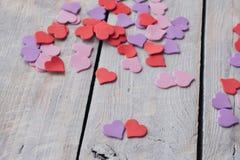 Conception de fond au jour du ` s de Valentine Concept ultra-violet pourpre rouge décoratif de jour de heartsValentines Photographie stock libre de droits
