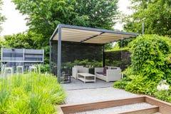 Conception de jardin avec le dessus de toit et le patio en métal Photos stock