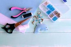 Conception de keychain de dauphin de feutre Ciseaux, pinces, feuilles de feutre, fil, aiguille, boîte en plastique de perles et p Image stock