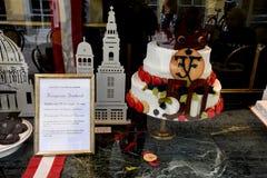 CONCEPTION DE LA LA GLACE_CAKE DE CONDITORI POUR LA COURONNE PINCE Image libre de droits