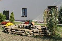 Conception de Lapshatny Cascade, parapluie, pierres et fleurs photo libre de droits