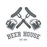Conception de logo de maison de bière dans des couleurs monochromes Te de label de barre ou de bar Photos stock