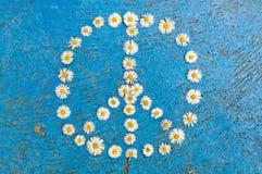 Conception de paix de symbole de paix de signe de paix sur le fond bleu Photographie stock