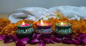 Conception de rangoli de fleur de souci pour le festival de Diwali, décoration indienne de fleur de festival avec le diya trois image stock