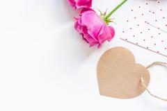 Conception de ressort avec la fleur de pivoine et la maquette blanche de vue supérieure de fond de salutation-carte Photos stock