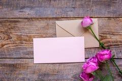 Conception de ressort avec la fleur de pivoine et la maquette en bois de vue supérieure de fond de salutation-carte Photographie stock
