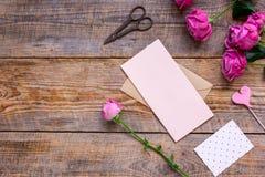 Conception de ressort avec la fleur de pivoine et la maquette en bois de vue supérieure de fond de salutation-carte Photographie stock libre de droits